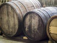 Velhos barris de vinho de madeira em uma adega — Fotografia de Stock