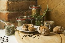 Пастообразный ливерная колбаса и травы распространилась с хлебом раскатает деревянный стол — стоковое фото