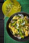 Pasta con ragú de limón y espárragos - foto de stock
