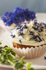 Кексы с весенними цветами — стоковое фото