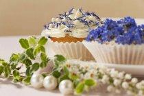Кексы, украшенные Весенние цветы — стоковое фото
