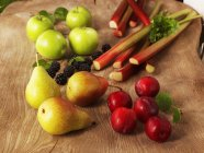 Closeup view of arrangement of organic fruit on wooden surface — Stock Photo