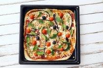 Pizza aux aubergines grillées — Photo de stock