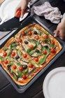 Pizza garnie d'aubergines — Photo de stock
