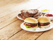 Beefburgers con senape e ketchup — Foto stock