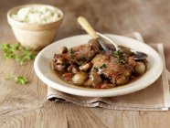 Piatto di arrosto di manzo con funghi — Foto stock