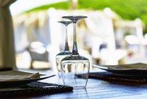 Ein Ort mit umgedrehten Weingläsern auf einem Tisch in einem Restaurant — Stockfoto