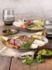 Saltimbocca di cicoria con prosciutto crudo e salvia su piastre sopra tavolo — Foto stock