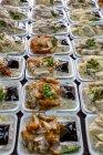 Повышенные вид различных блюд на бумажные тарелки в строках — стоковое фото