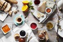 Différents types de confiture avec du fromage — Photo de stock