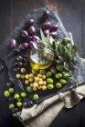 Графина з оливковою олією і оливки — стокове фото