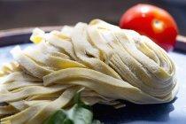 Pastas frescas de Tagliatelle - foto de stock