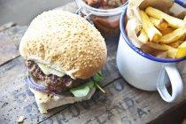 Fatti in casa cheeseburger con crescione — Foto stock