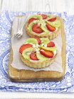 Tartlets with vanilla cream and strawberries — Stock Photo