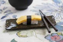 Нігірі-суші з омлет — стокове фото