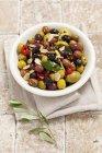 Olive miste marinate con aglio — Foto stock