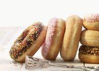 Donuts na superfície de madeira — Fotografia de Stock