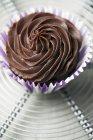 Schokoladenganache Cupcake auf rack — Stockfoto