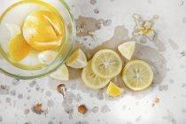 Лимоны в рассоле в стеклянной чаше — стоковое фото