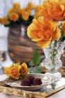 Пралине и оранжевых розах — стоковое фото