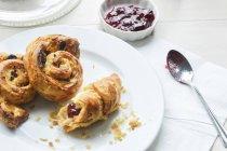 Крупним планом подання сніданок випічки з шоколадом і варення — стокове фото