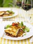 Moussaka preparata in casa con insalata — Foto stock