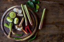 Ingrédients pour un plat thaïlandais sur le bureau en bois sur la surface en bois — Photo de stock