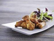 Ali di pollo con insalata mista — Foto stock