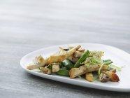 Hähnchen-Streifen auf Bohnensalat mit Champignons — Stockfoto
