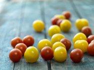 Tomates cherry rojos y amarillos - foto de stock