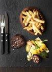 Жареный говяжий стейк — стоковое фото