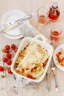 Crpes mediterranea in piatto bianco sulla superficie in legno con vetri e bottiglia — Foto stock