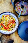 Salsa agrodolce peperoni sulla piastra sopra la superficie di legno — Foto stock