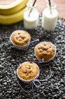 Muffin con bottiglie di latte — Foto stock