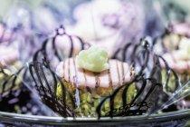 Detailansicht von Pistazien Süßwaren mit Zucker Blumen in Filligree Papier Fällen — Stockfoto
