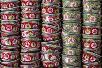 Bunte chinesische Tee-Schalen in Stapeln — Stockfoto