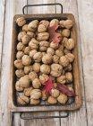 Nueces con hojas otoñales - foto de stock