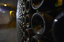 Primo piano vista di fondo bottiglia in una navata di una cantina — Foto stock