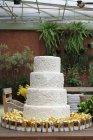 Четыре уровня свадебный торт — стоковое фото