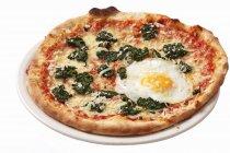Шпинат и жареным яйцом пиццы — стоковое фото