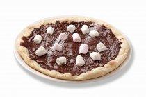 Pizza de chocolate con malvaviscos - foto de stock