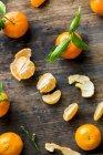 Mandarines fraîches avec des tranches — Photo de stock