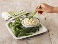 Tuffo di formaggio ed erba cipollina — Foto stock