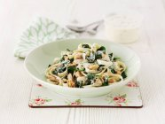 Pasta tagliatelle salmone e spinaci — Foto stock