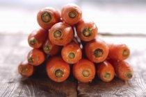 Pilha de cenouras frescas — Fotografia de Stock