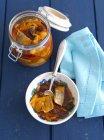 Hering mit Zwiebeln und Rosinen in Tomatensauce — Stockfoto