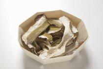 Заделывают свежих белых грибов, нарезанного — стоковое фото