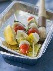 Spiedini di verdure in piatto di alluminio con olio e spazzola — Foto stock