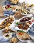 Erhöhten Blick auf verschiedene Ente Gerichte und Getränke auf einem Teller — Stockfoto