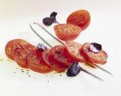 Insalata di pomodori con basilico rosso — Foto stock